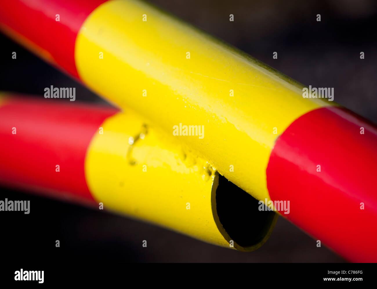 Nahaufnahme von roten und gelben gestreiften Metall boom Stockfoto