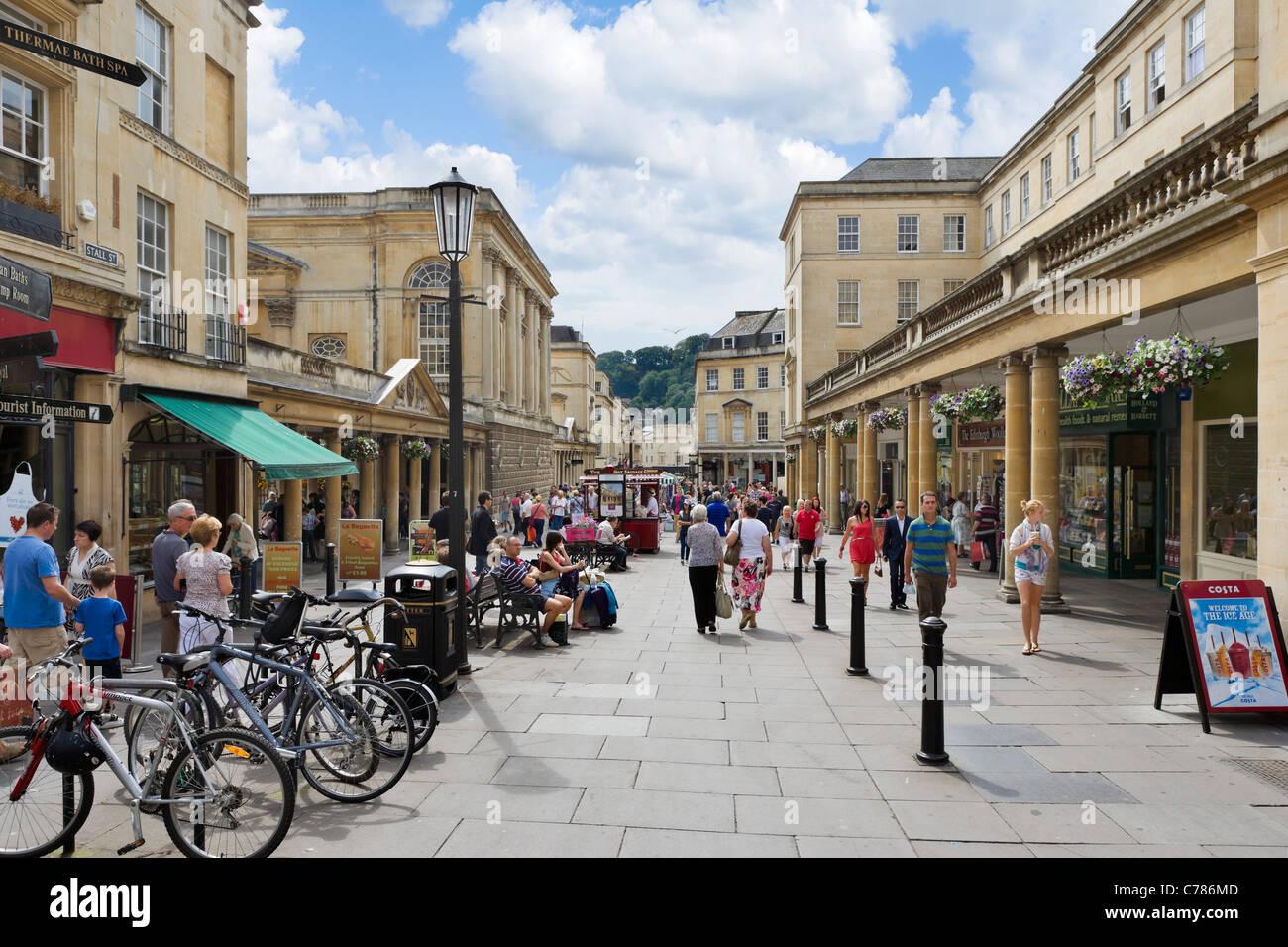 Geschäfte in Stall Straße außerhalb der römischen Bäder in Bath, Somerset, England, UK Stockbild