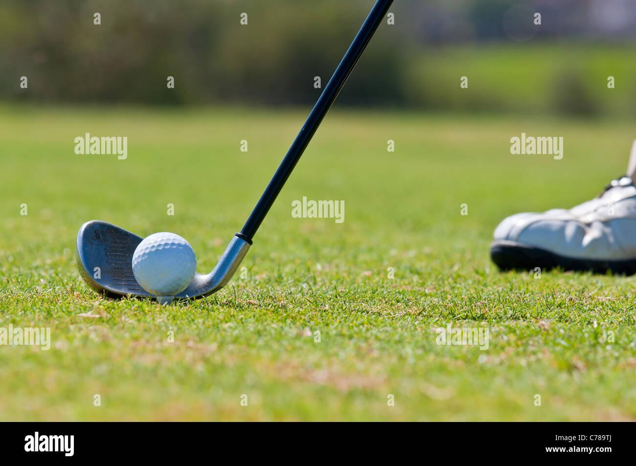Ein echter Golfer auf dem Golfplatz immer bereit, den Ball zu schlagen. Stockbild