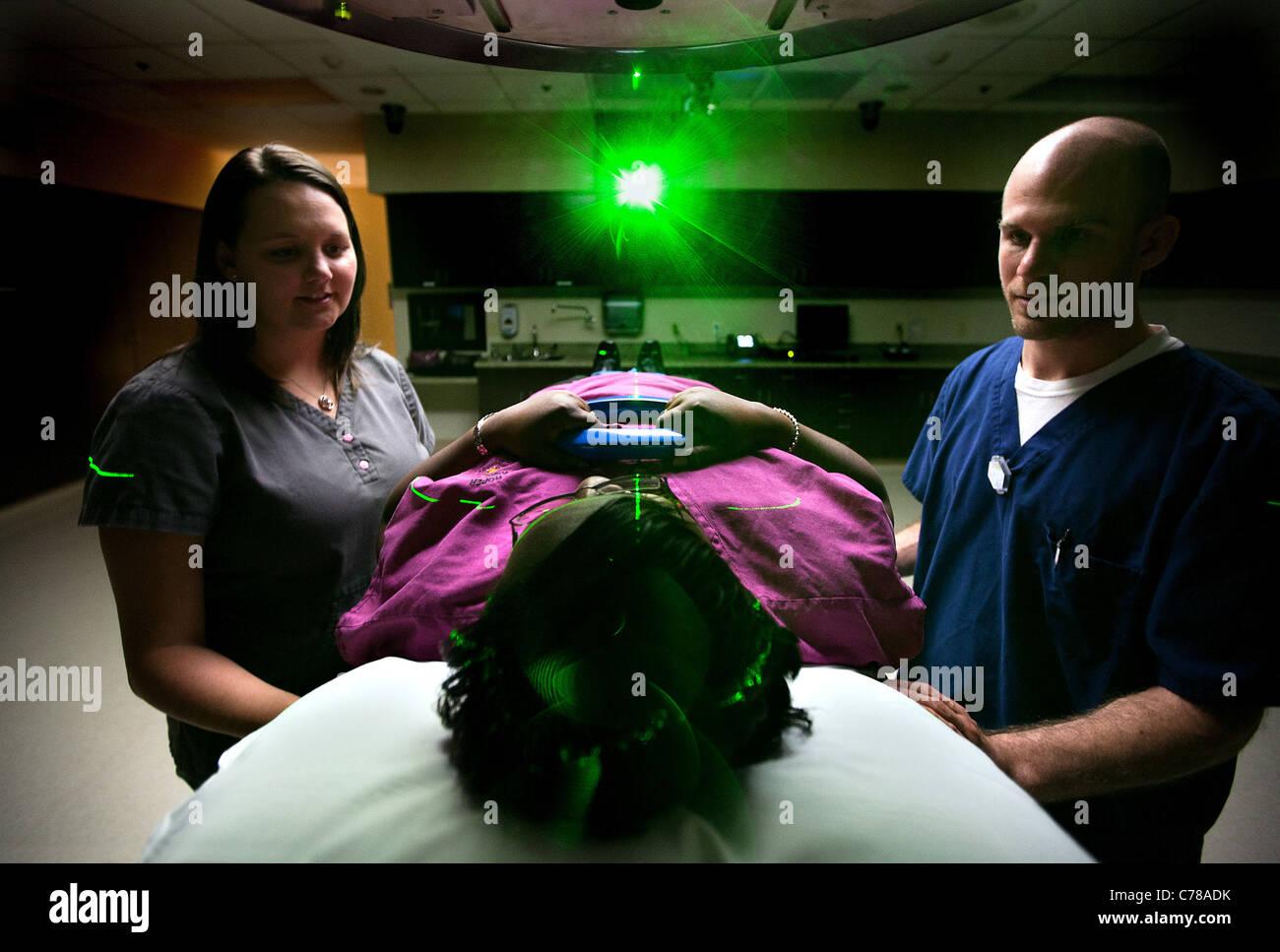Krankenschwester/Tech spricht mit dem Patienten vor Beginn ihrer Krebsbehandlung. Stockbild