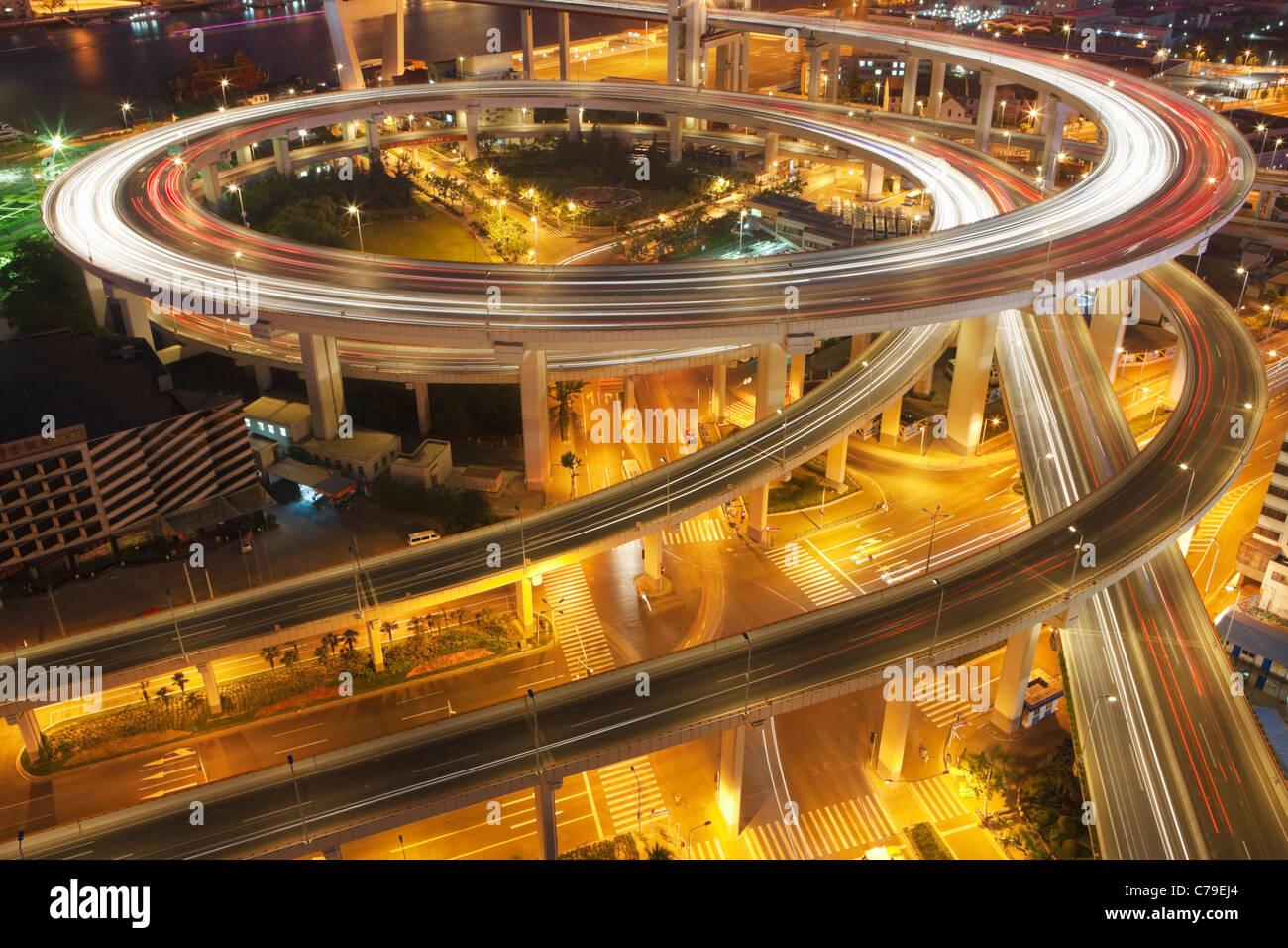 Verkehr am Kreisverkehr führt zu Nanpu-Brücke in der Dämmerung; Dongjiadu: Shanghai; China Stockfoto