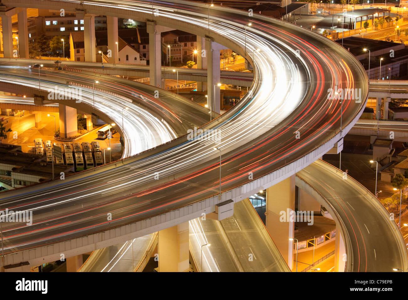 Verkehr auf Nanpu-Brücke-Kreisverkehr in der Dämmerung; Dongjiadu: Shanghai; China Stockfoto