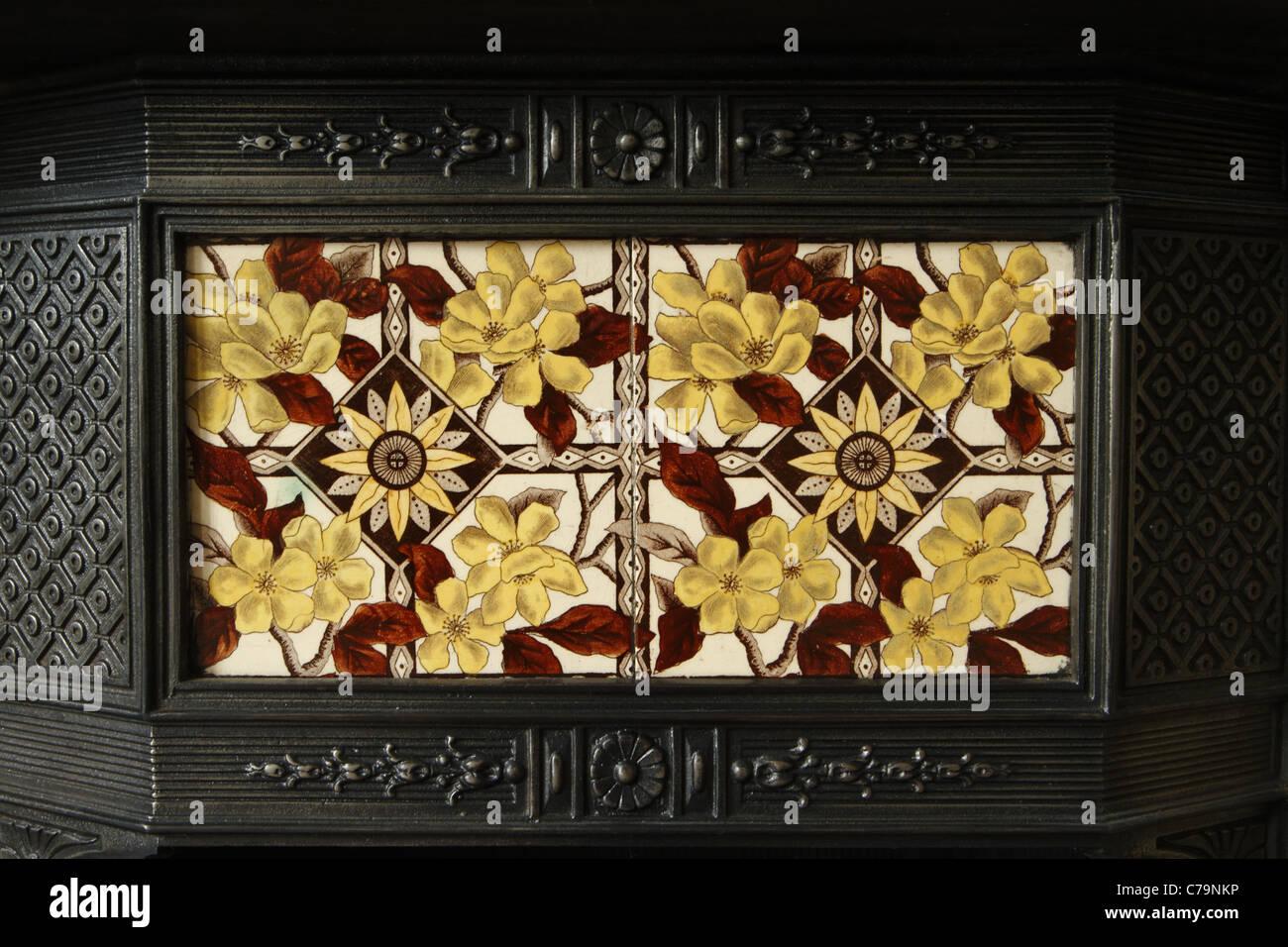 Viktorianische Gusseisen Kamin mit eingelegten Keramikfliesen. Stockbild