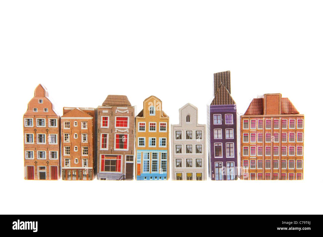 Typische Reihenhäuser aus Amsterdam isoliert auf weißem Hintergrund Stockbild