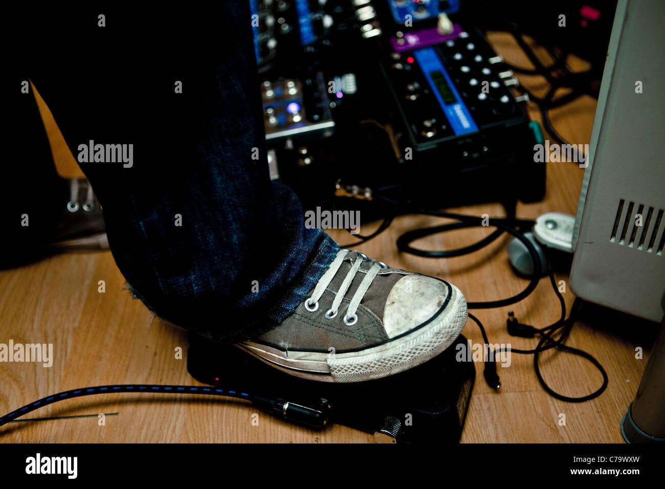 Fuß auf Gitarrenpedal drücken Stockbild