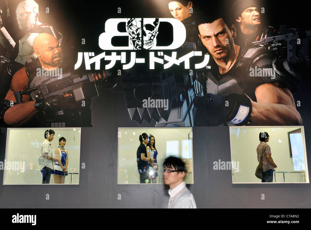 Ein Besucher geht vorbei an einem Stand für Segas Binary Domain-Shooter-Spiel am ersten Werktag der Tokyo Game Stockbild