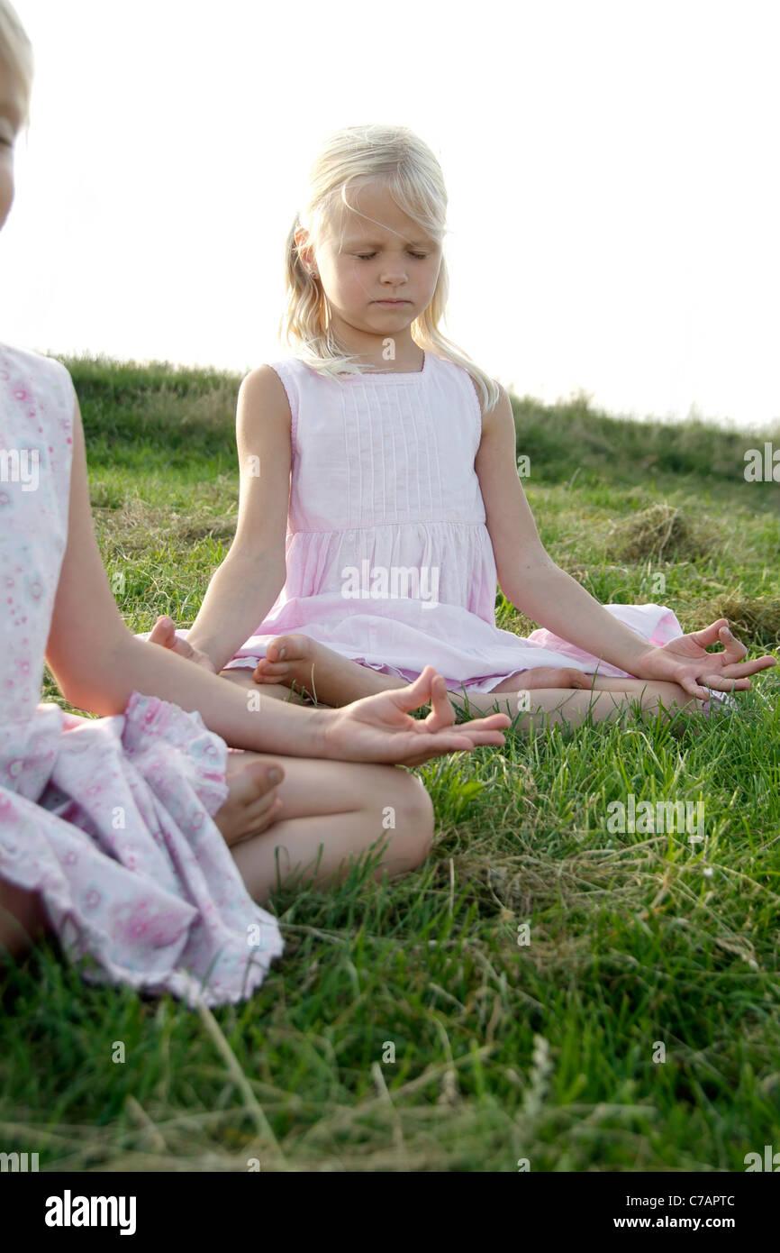 Porträt von zwei Freundinnen praktizieren Yoga im Sommer, Eyendorf, Niedersachsen, Deutschland, Europa Stockbild