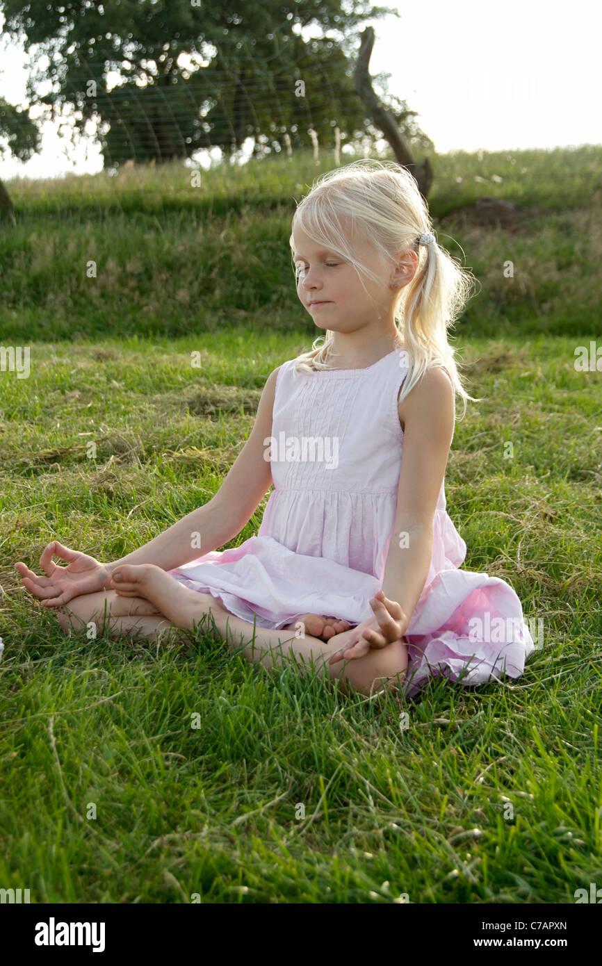 Porträt eines Mädchens praktizieren Yoga im Sommer, Eyendorf, Niedersachsen, Deutschland, Europa Stockbild