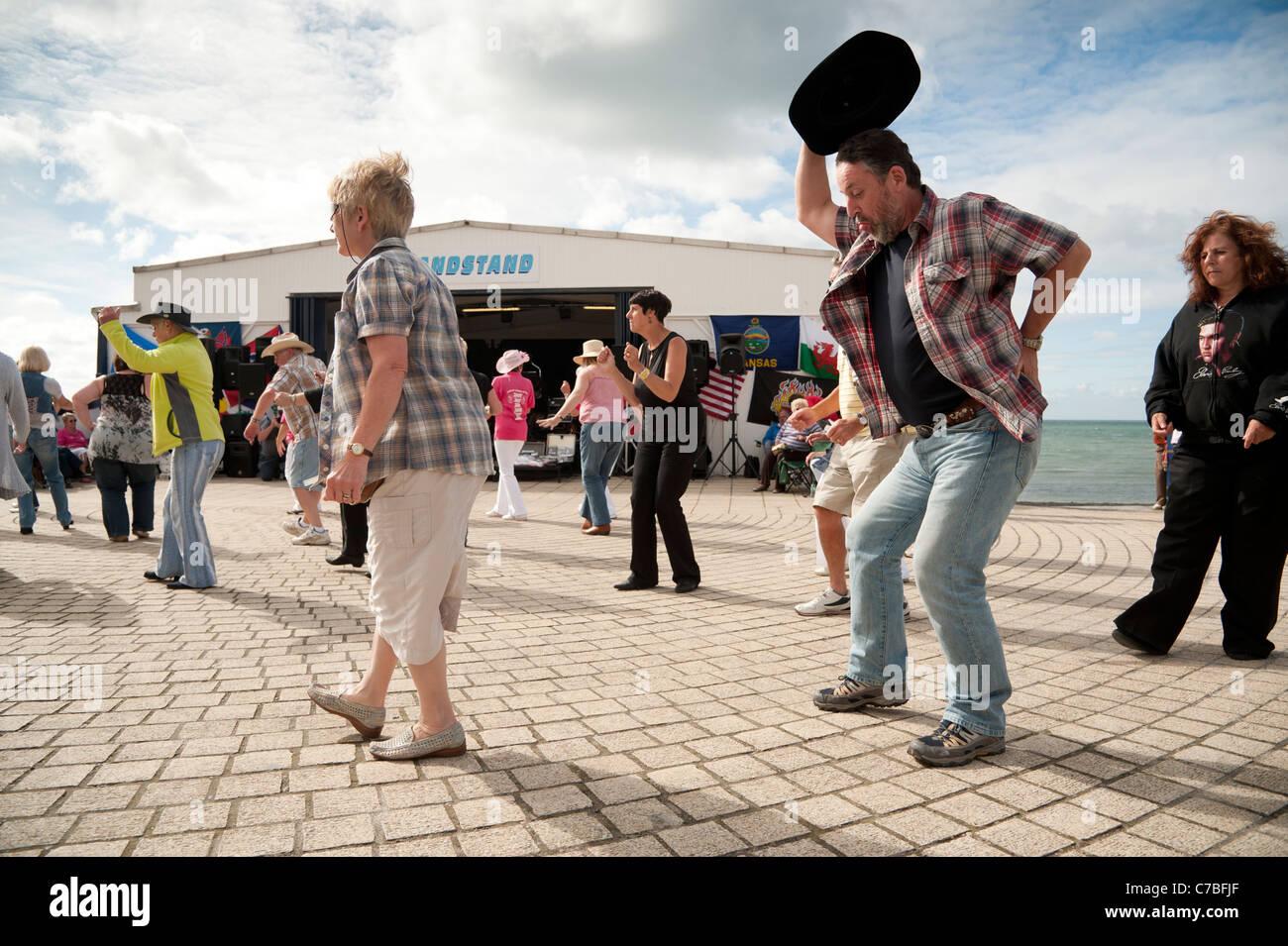 Menschen Sie, Line-Dance zugunsten der Nächstenliebe auf Aberystwyth Promenade Wales UK Stockbild