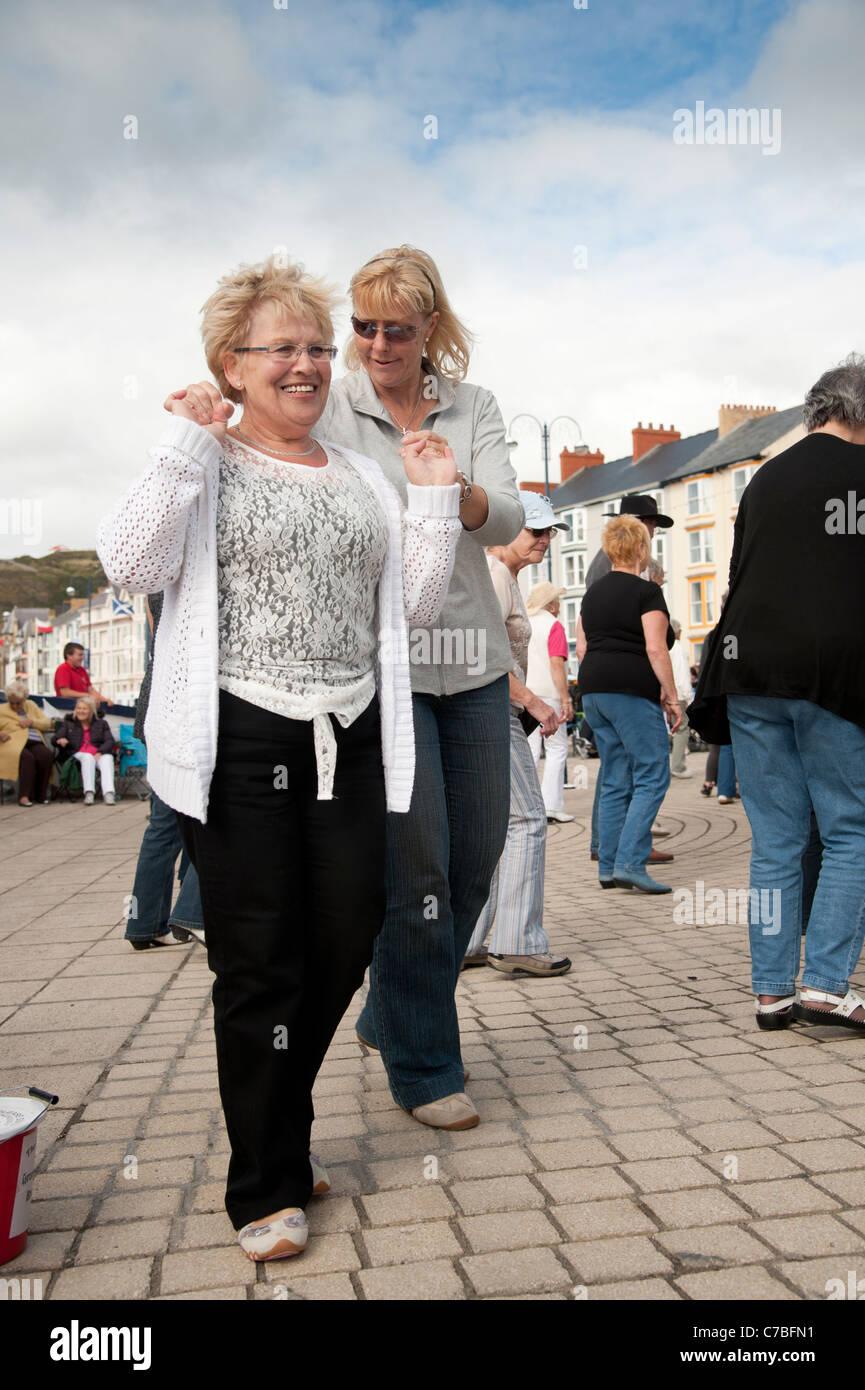 Frauen Line dancing zugunsten der Nächstenliebe auf Aberystwyth Promenade Wales UK Stockbild