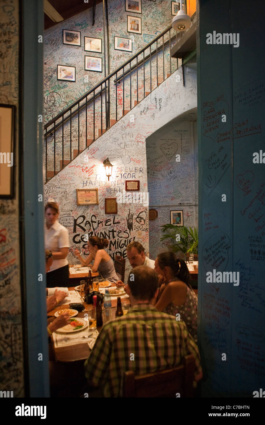 Innere des La Bodequita del Medio Bar Restaurant, ein Hemingway-Hangout, Havanna, Havanna, Kuba Stockbild