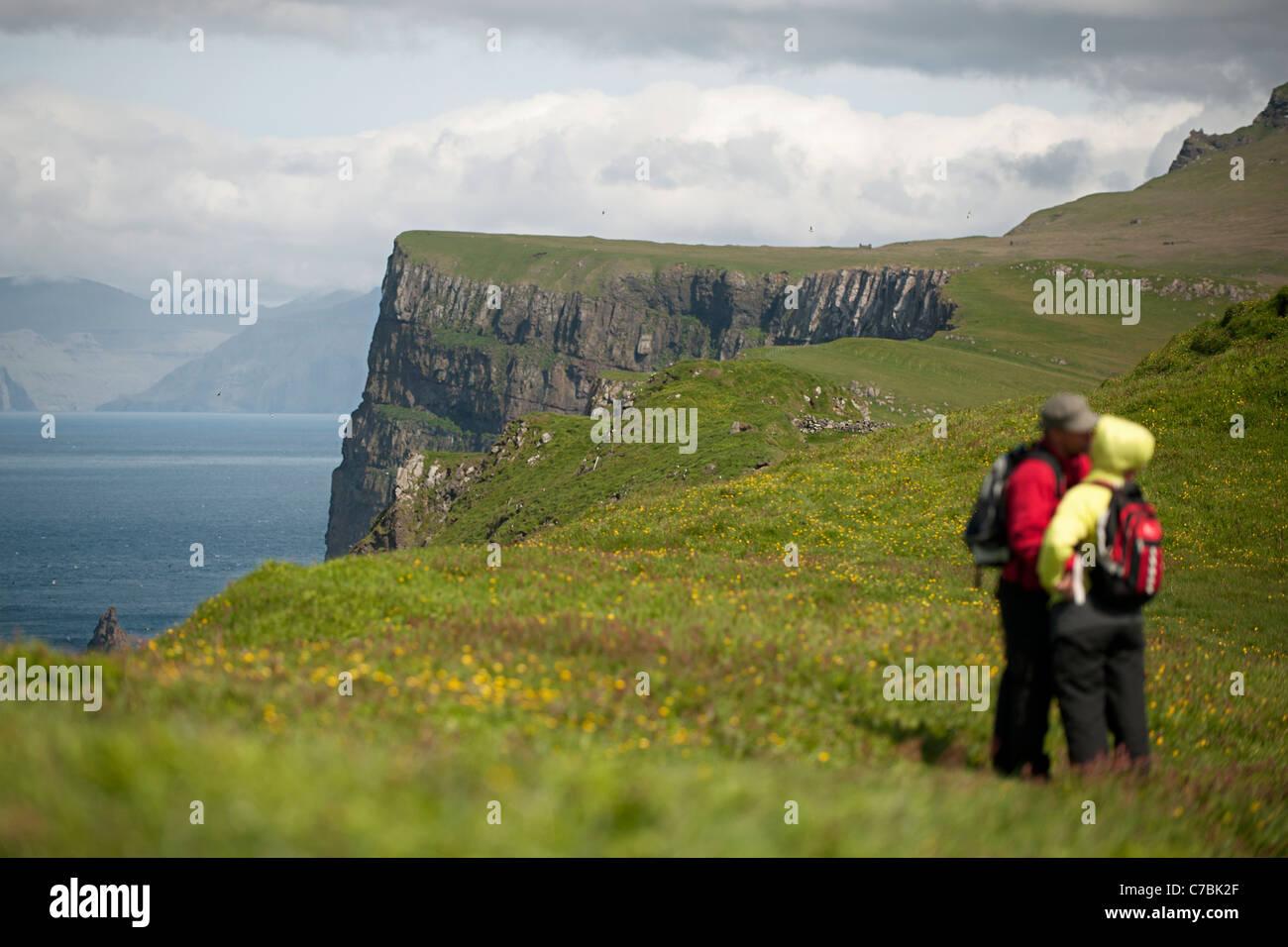 Paar auf Mykines, Färöer Inseln Stockfoto