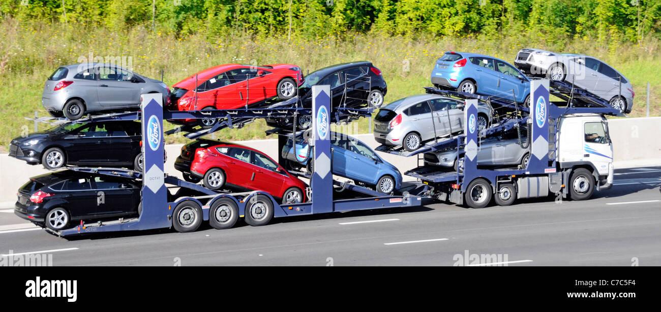 Ford motor Company Transporter geladen mit elf neuen Autos Stockbild