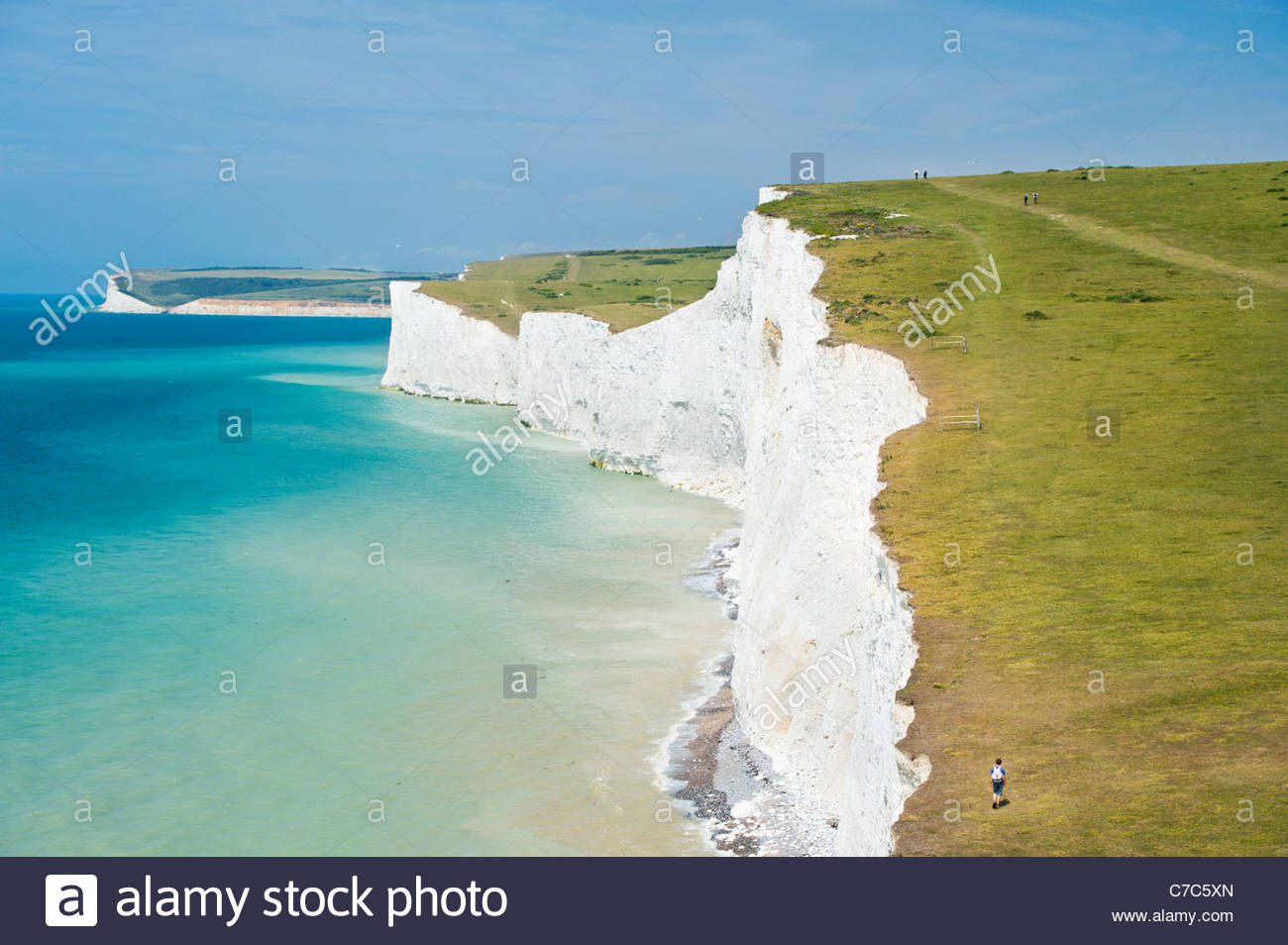 Wanderer auf den South Downs Way an den Klippen der Seven Sisters Stockbild