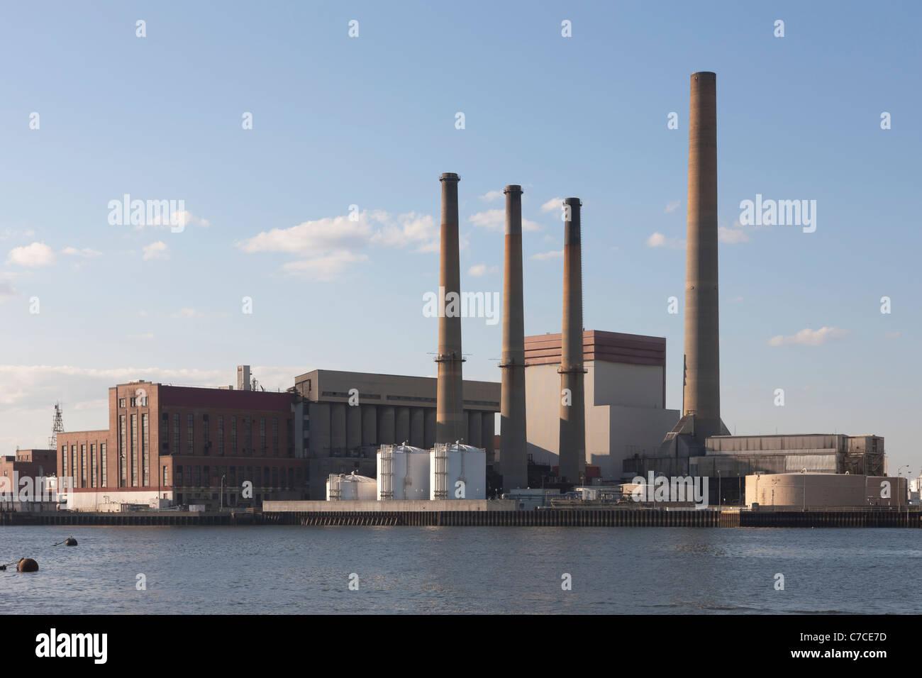 Konstellation energieerzeugende (ehemals Boston) Mystic erdgasbefeuerten erzeugenden Kraftwerk in Everett bei Boston, Massachusetts. Stockfoto