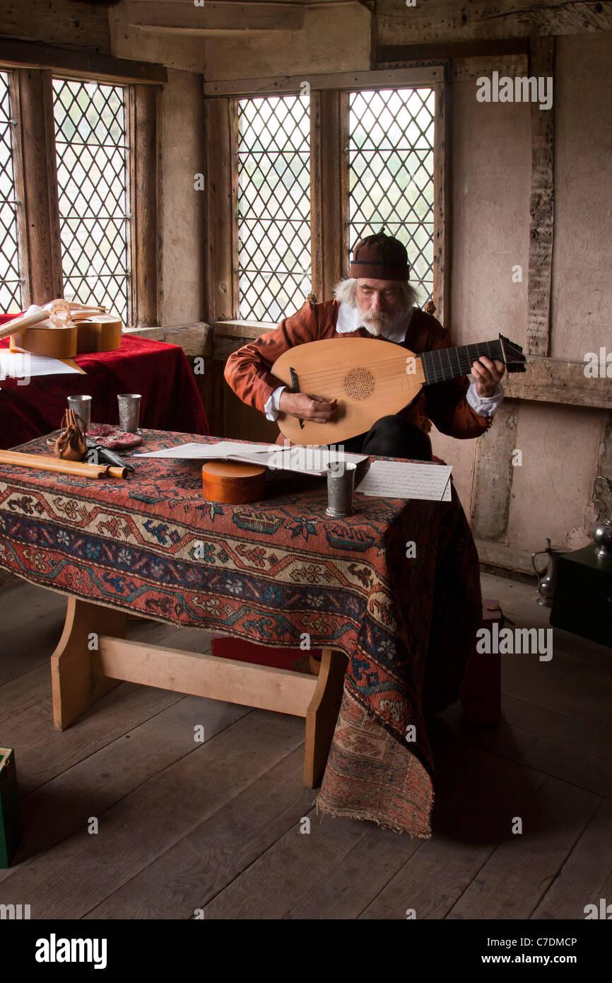 Öffentliche Demonstration und Reenactment von einem Musiker, spielt die Laute in historischen Kostümen Stockbild