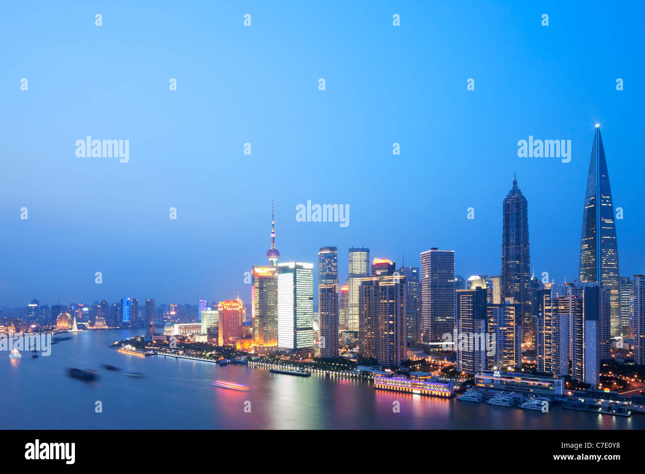 Pudong in der Abenddämmerung, Shanghai, China Stockbild