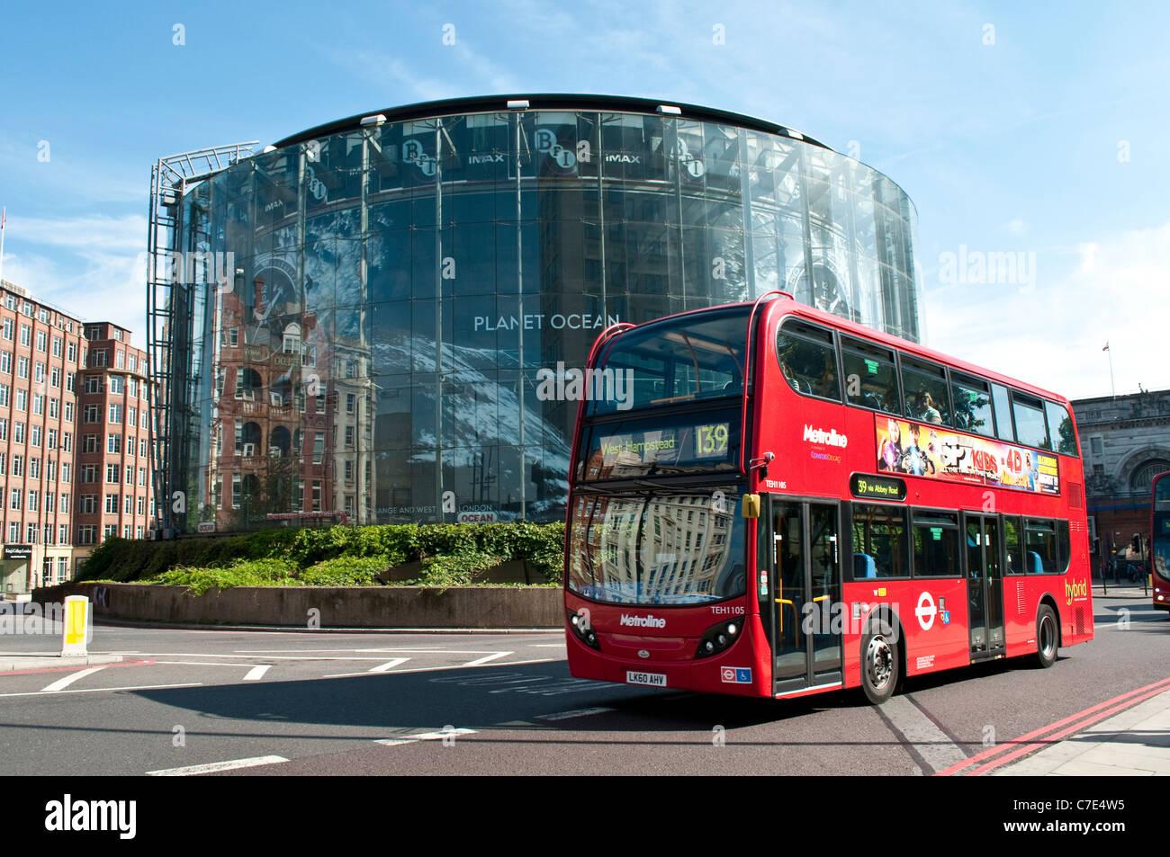 BFI IMAX Kino und roten Bus in Richtung West Hampsted, London, England, Vereinigtes Königreich Stockbild