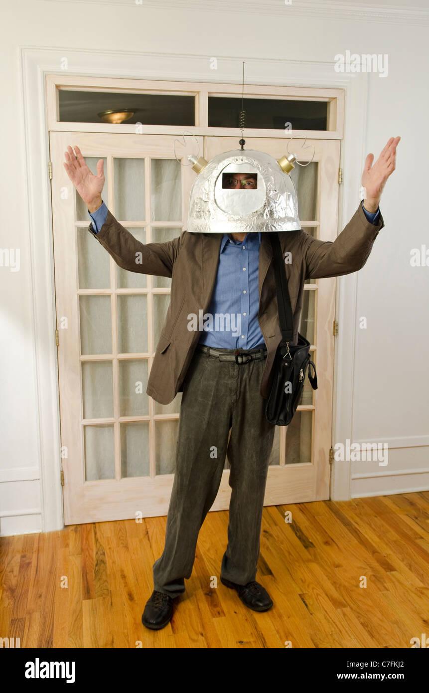 Mann mit Helm mit Antennen nach oben zu erreichen Stockbild