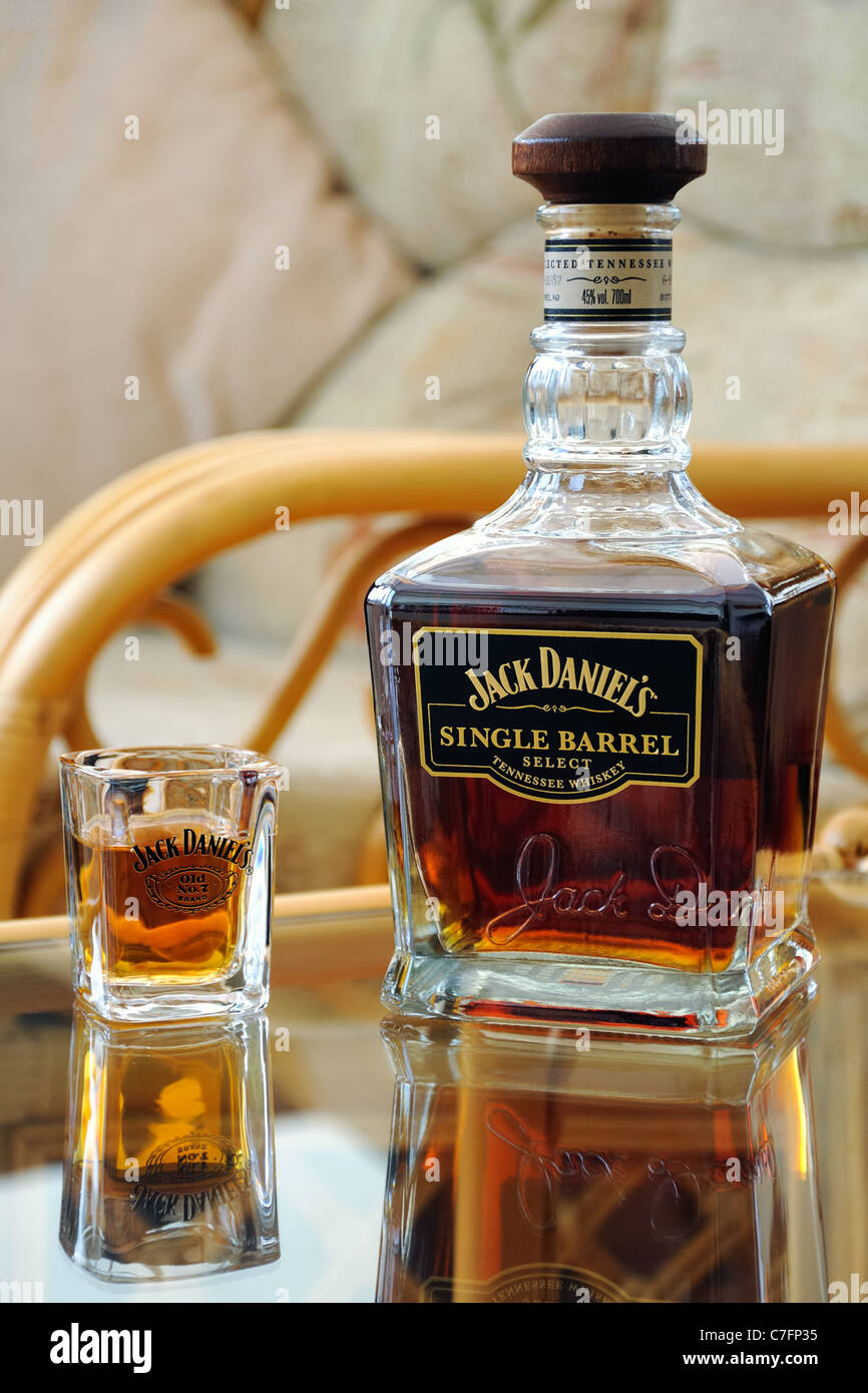 Jack Daniels Fass Tisch.Jack Daniels Single Barrel Flasche Und Glas Auf Tisch
