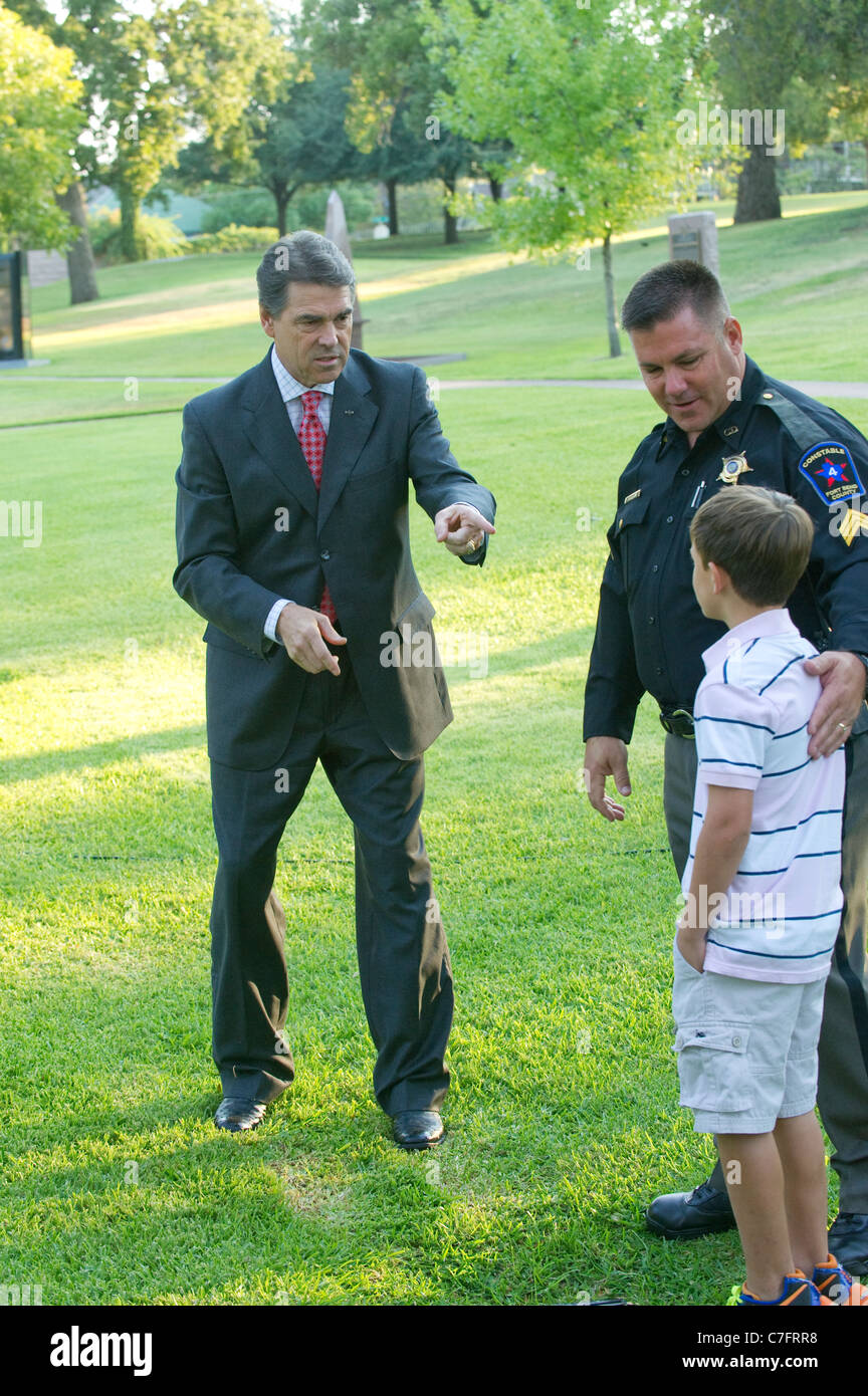 Texas-Gouverneur Rick Perry grüßt Sohn Polizeibeamten nach Service für den 10. Jahrestag der terroristischen Stockbild