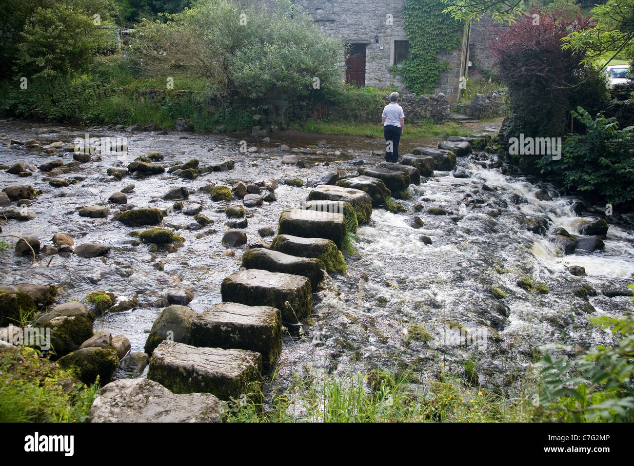 Stepping stones über den Fluss Don bei Stainforth, in Ribbledale, Yorkshire Stockfoto