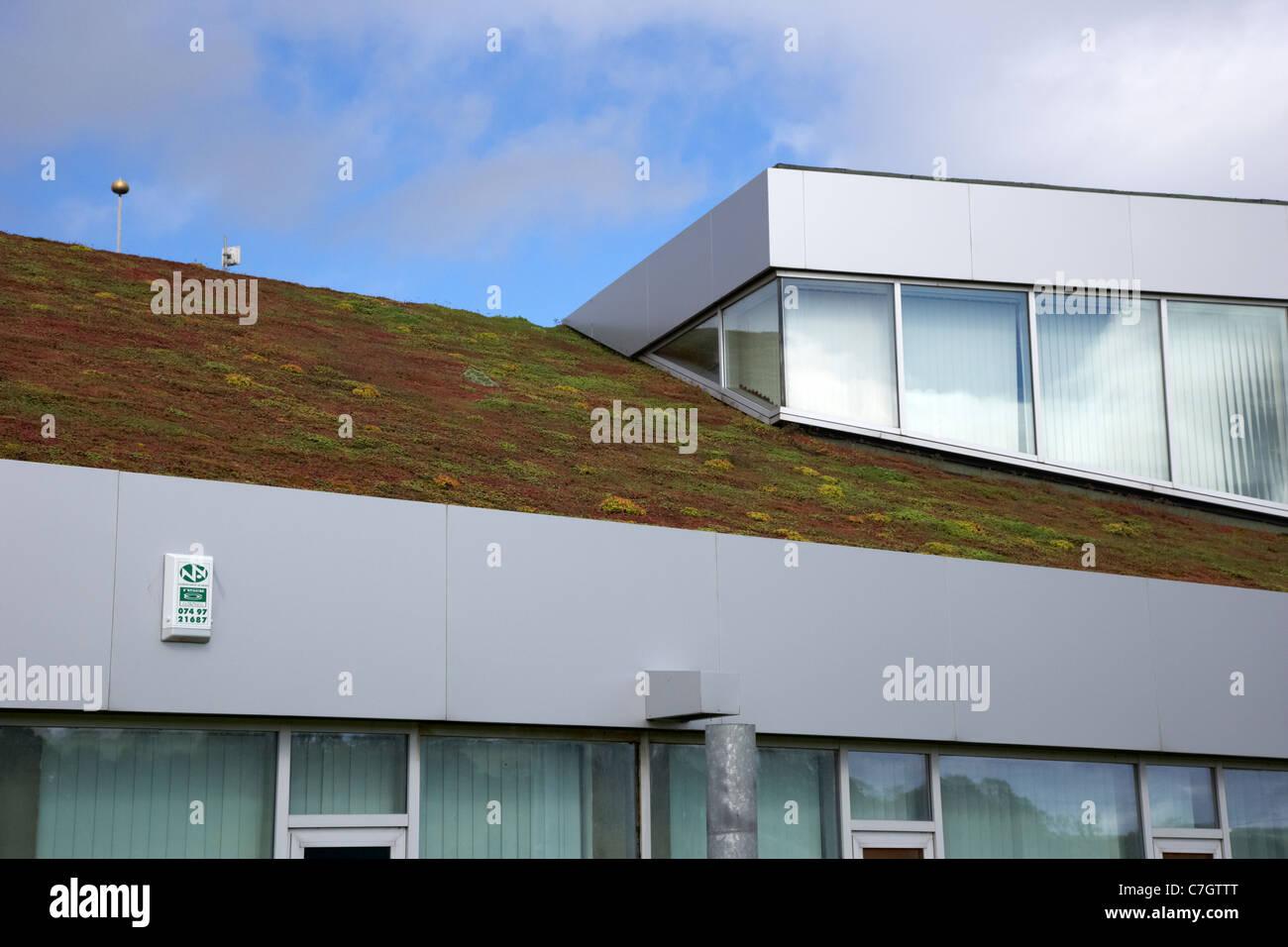 abfallenden Sedum Grasdach und Lichtkuppeln auf eine öffentliche Dienstleistungen Gebäude in Letterkenny Stockbild