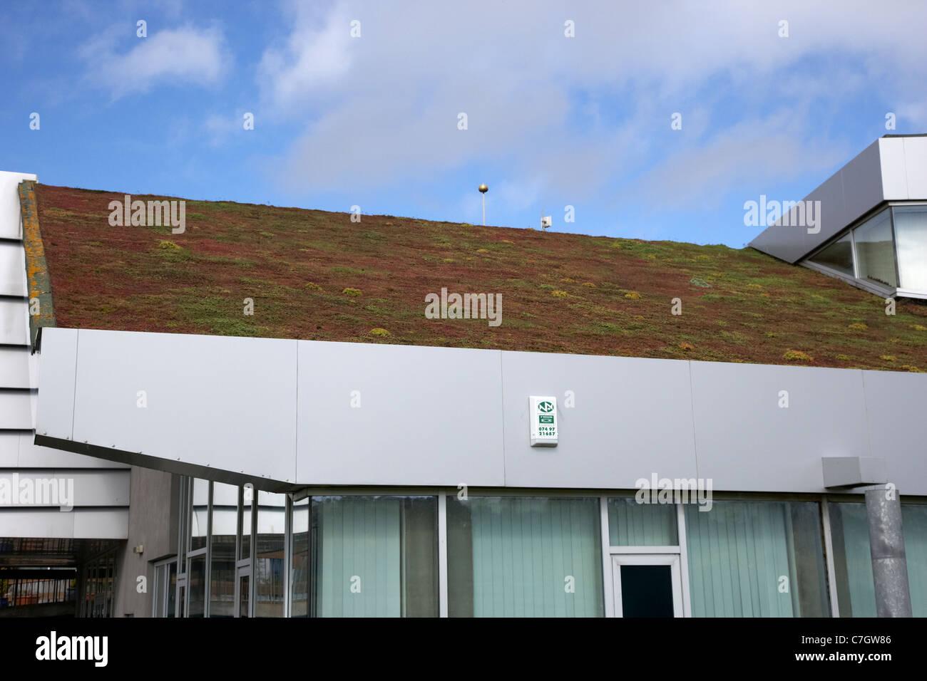 abfallenden Sedum Grasdach über eine öffentliche Dienstleistungen Gebäude in Letterkenny Grafschaft Stockbild