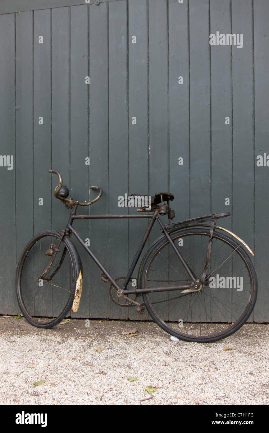 Ein Altes Fahrrad An Eine Wand Gelehnt Stockfoto Bild 39097732 Alamy