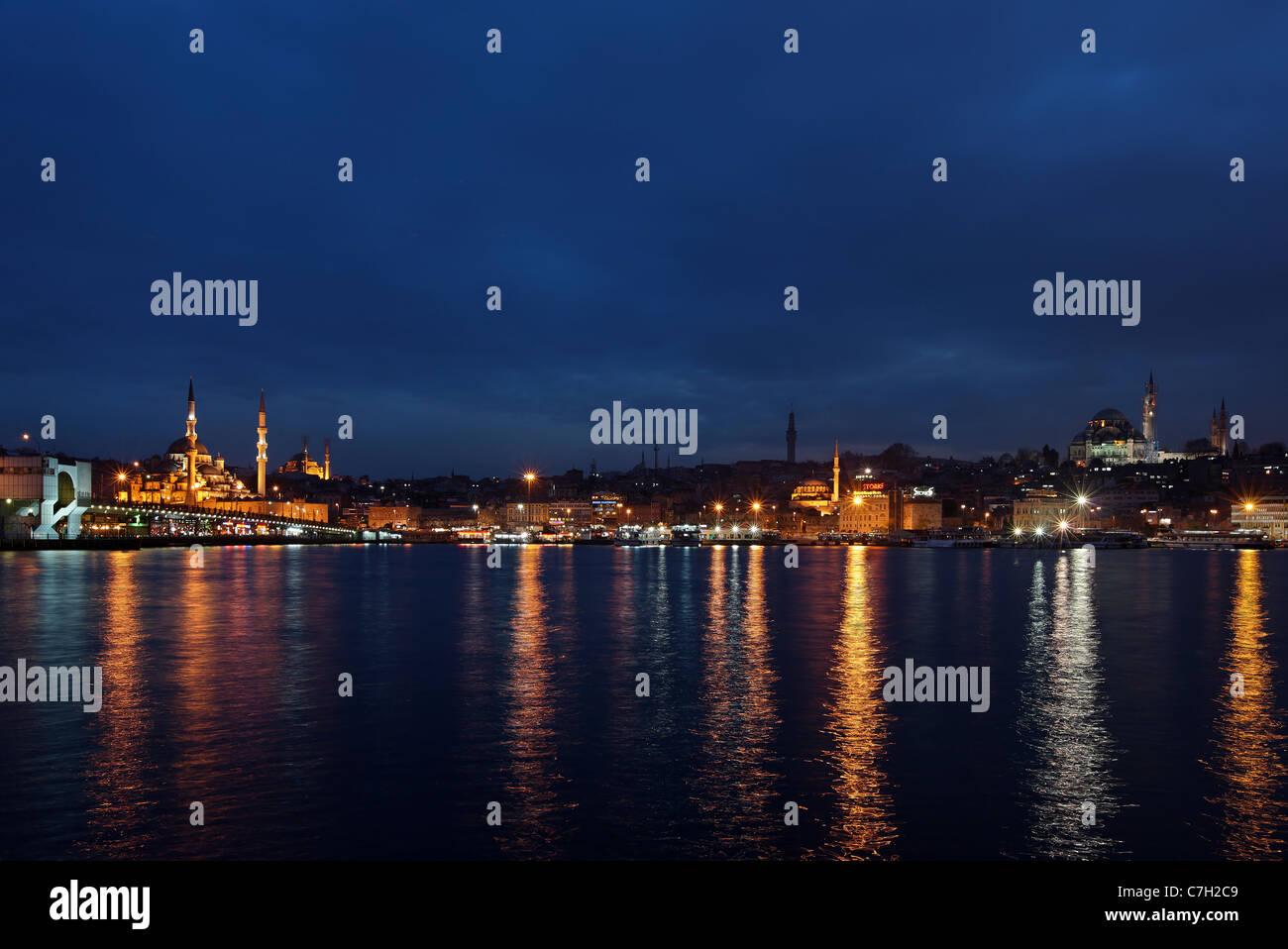 """Nachtansicht des Golden Horn von der Galata-Brücke und der Yeni Camii (""""neue Moschee""""), Süleymaniye Stockbild"""