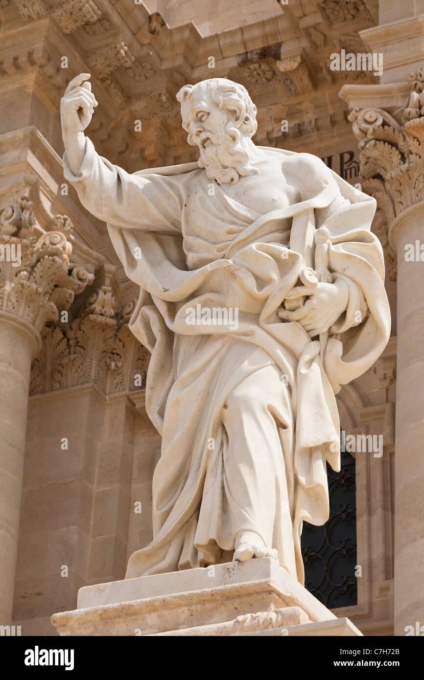 Statue des Heiligen Paulus vor Syrakus Dom, Piazza Duomo, Ortygia, Syrakus, Sizilien, Italien Stockbild