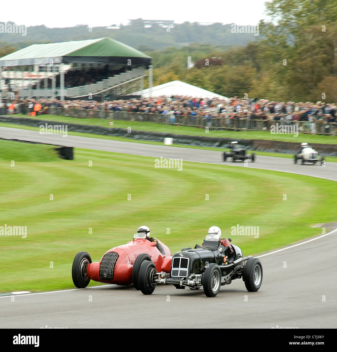 Goodwood Revival Meeting 2011. Goodwood Trophy Rennen, Hulbert ERA D Typ und Majzubs Alfa Romeo 308c gehen Rad an Stockbild