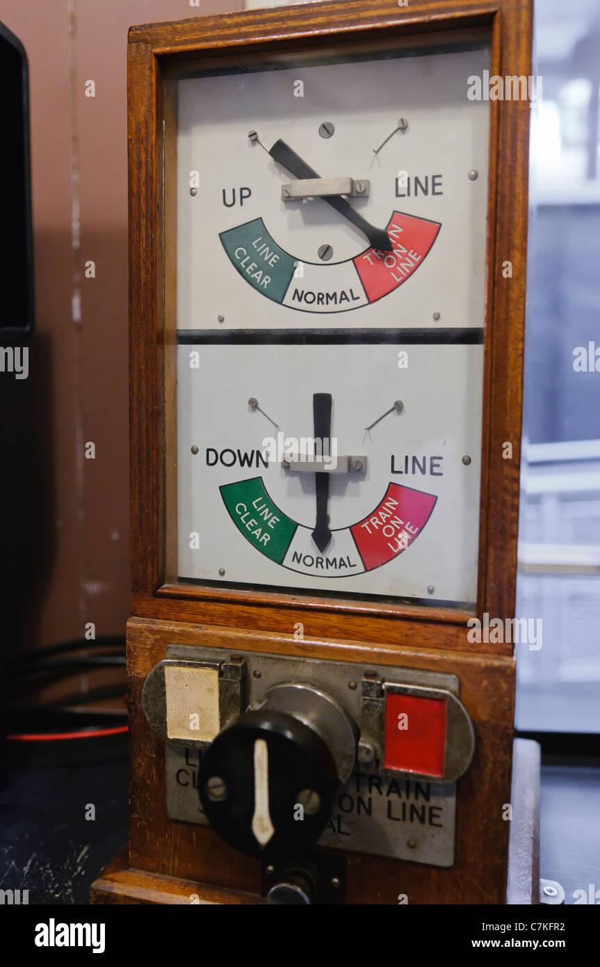 Alte Messgeräte in einer Eisenbahn signal Box-Warnung an das Vorhandensein eines Zuges Stockbild
