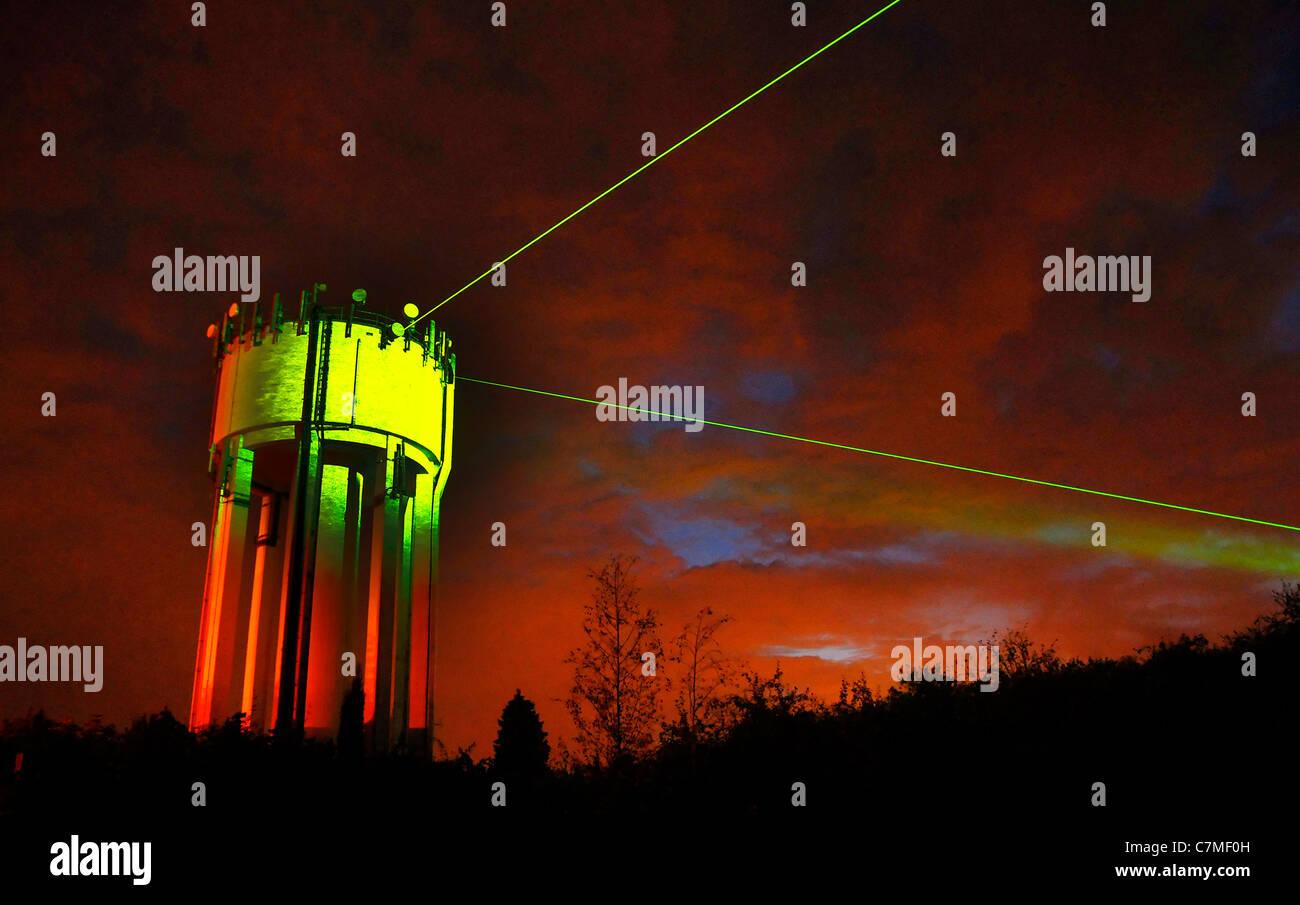 Ein Wasserturm in Rothwell, Northamptonshire wird durch Laser im ...