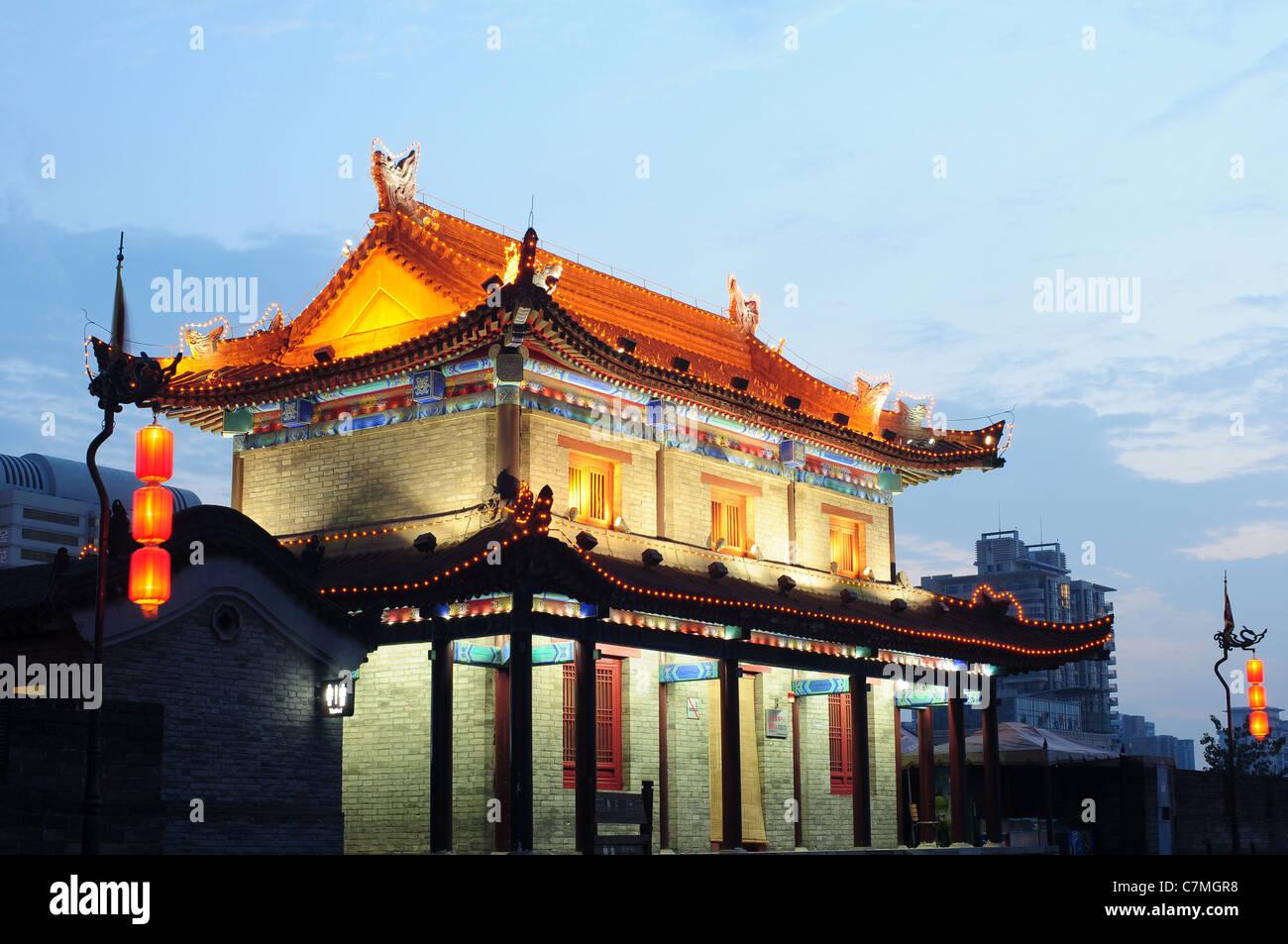 Nachtaufnahmen von der berühmten Altstadt von Xian, China Stockbild