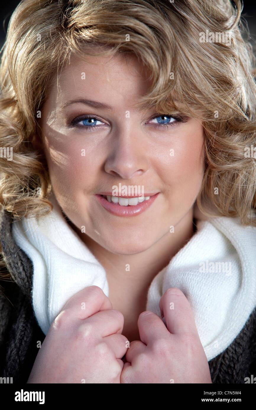 Hübsche blonde frau mit blauen augen