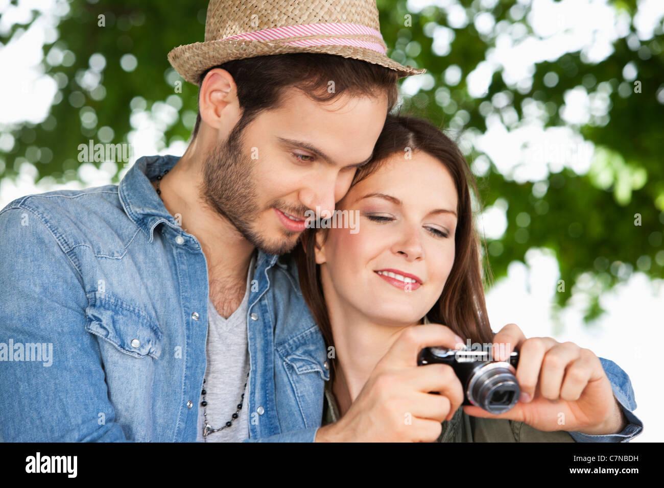 Paar beobachten Fotos in einer Digitalkamera, Paris, Ile de France, Frankreich Stockbild