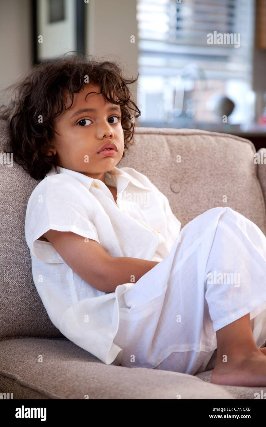 Junge auf couch Stockbild