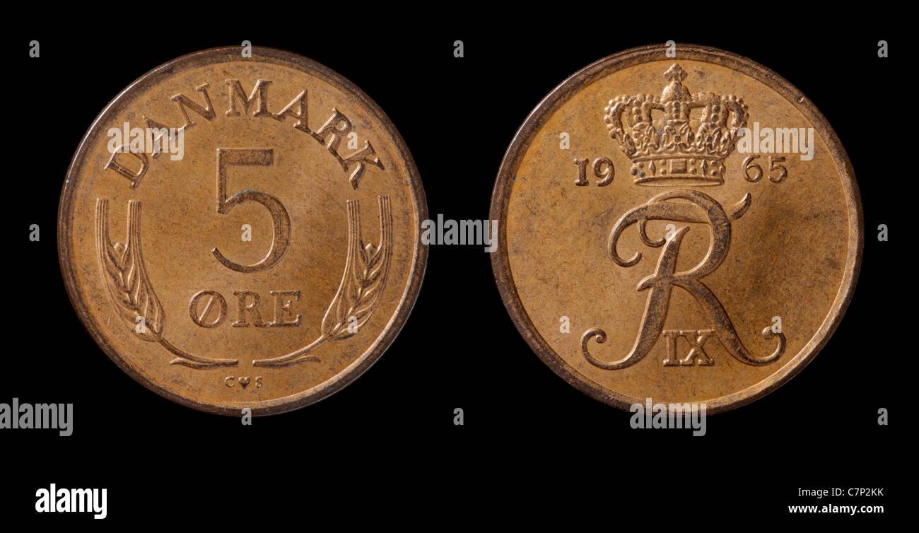 Dänische 5-Øre-Münze von 1965 isoliert auf schwarz Stockbild