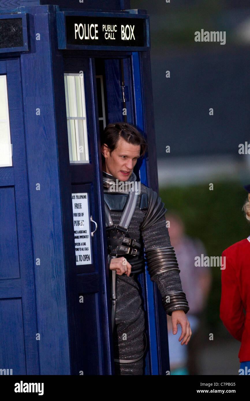Matt Smith zieht einen Raumanzug für den Arzt, die Weihnachts ...