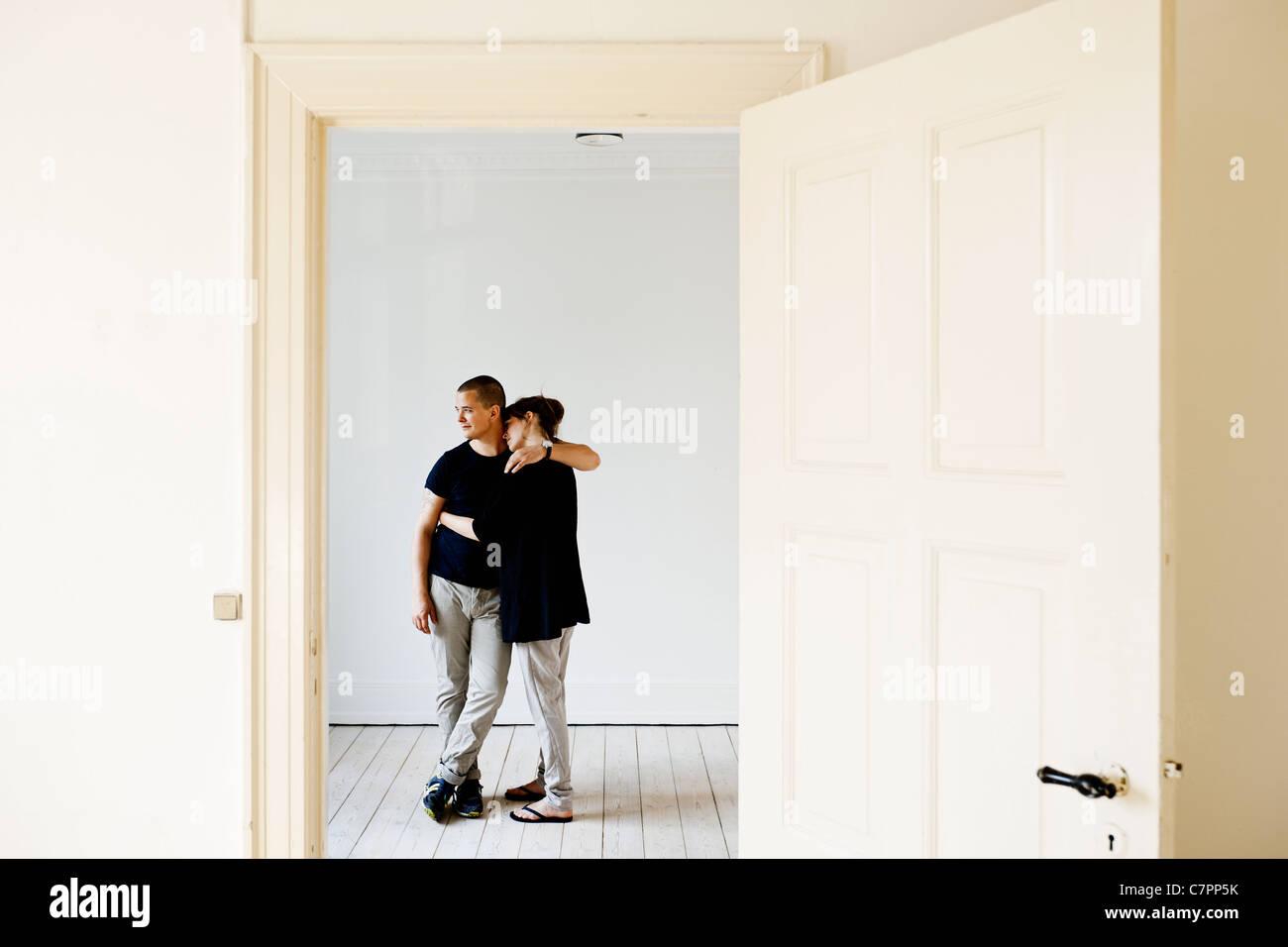 Paar umarmt im neuen Zuhause Stockbild