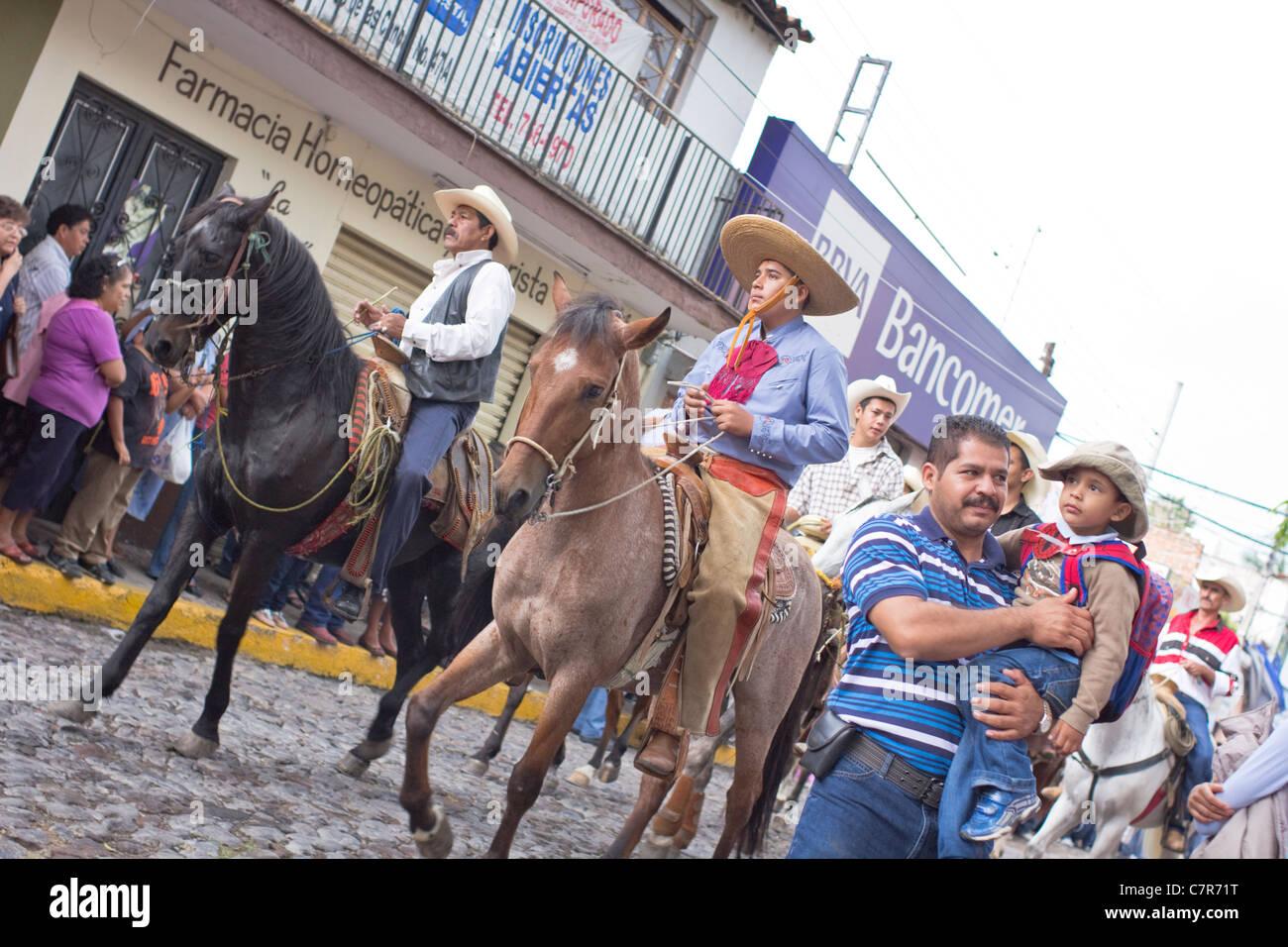 Charros (Reiter) und Parade-Goers, mexikanische Unabhängigkeitstag feiern, Ajijic, Chapala, Jalisco, Mexiko. Stockbild