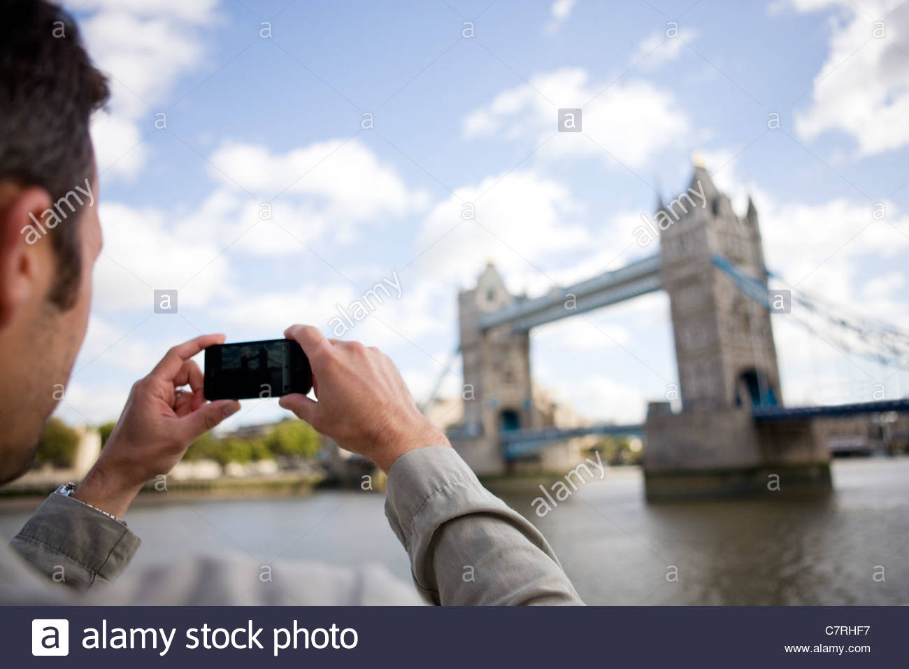 Ein Mid-Adult-Mann mit dem Fotografieren von Tower Bridge Stockbild