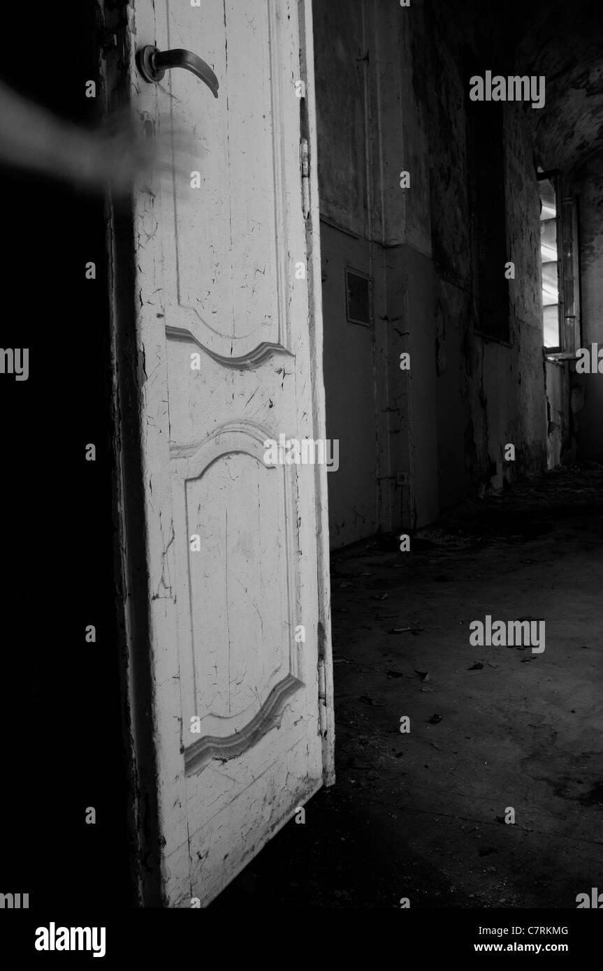 Hand auf eine Tür in verlassenen Herrenhaus Zimmer Stockbild