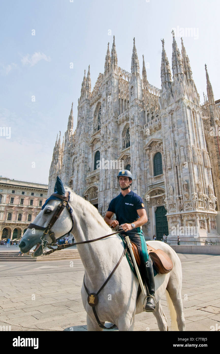 Italien, Lombardei, Mailand, Domplatz, Verkehrspolizist auf dem Pferderücken Stockbild