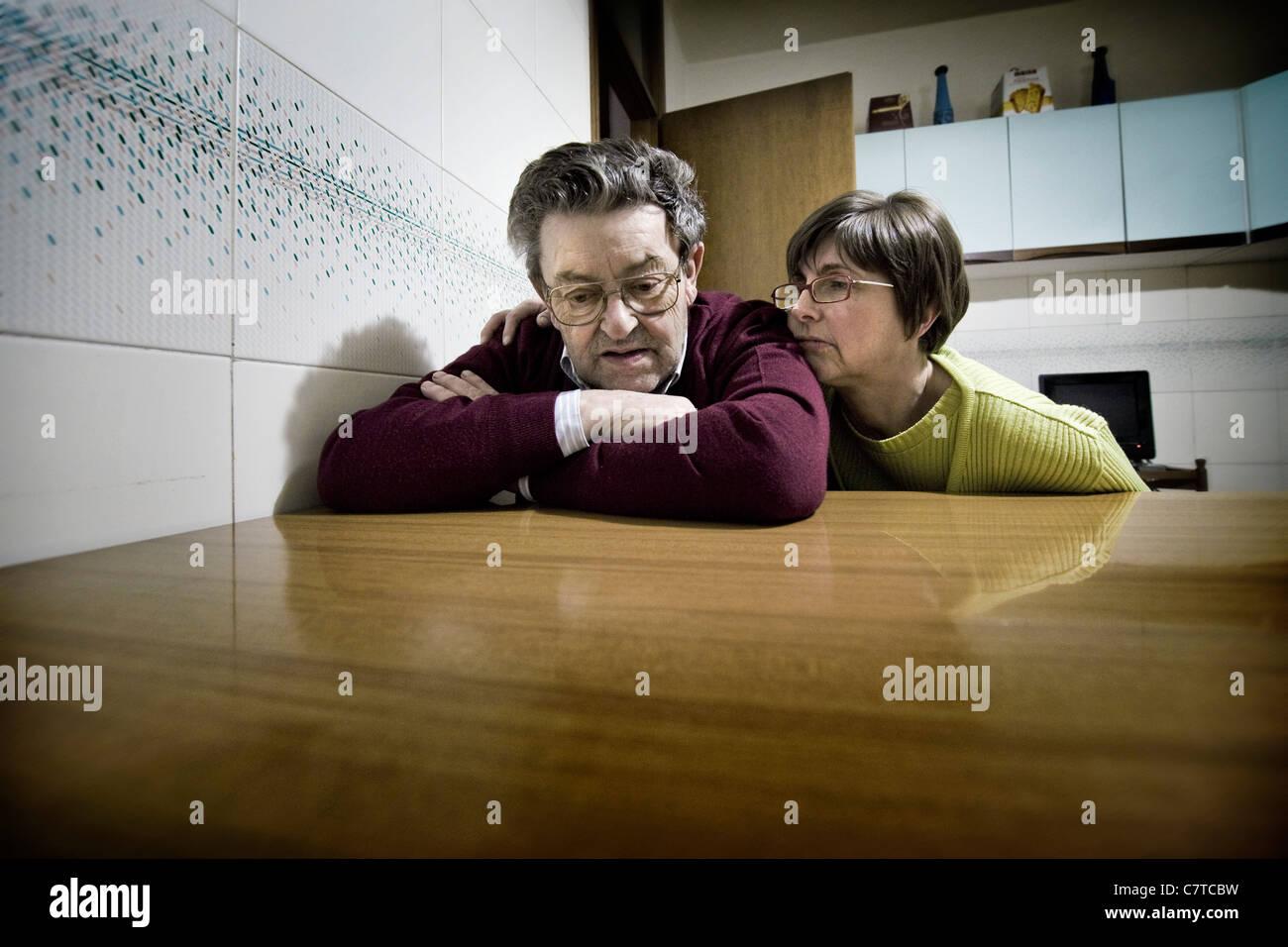 Senior woman erfolgt durch Alzheimer-Krankheit - echte Menschen Stockbild