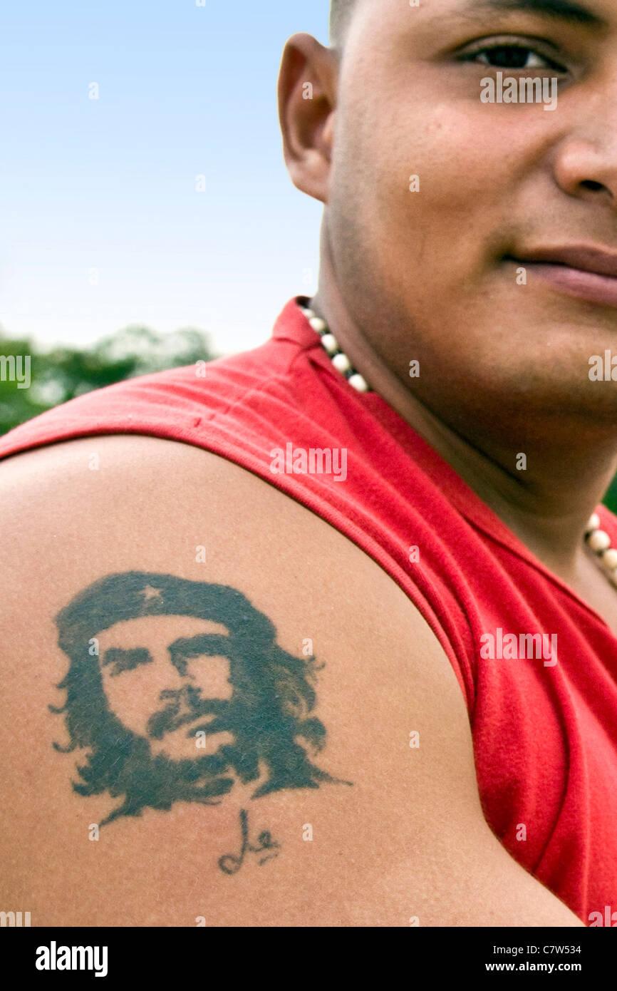 Kuba, Havanna, junger Mann mit Che Guevara-Tattoo Stockbild