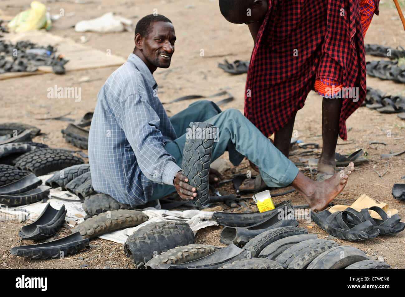 masai h ndler verkaufen schuhe aus recycelten autoreifen auf einem wochenmarkt meserani. Black Bedroom Furniture Sets. Home Design Ideas
