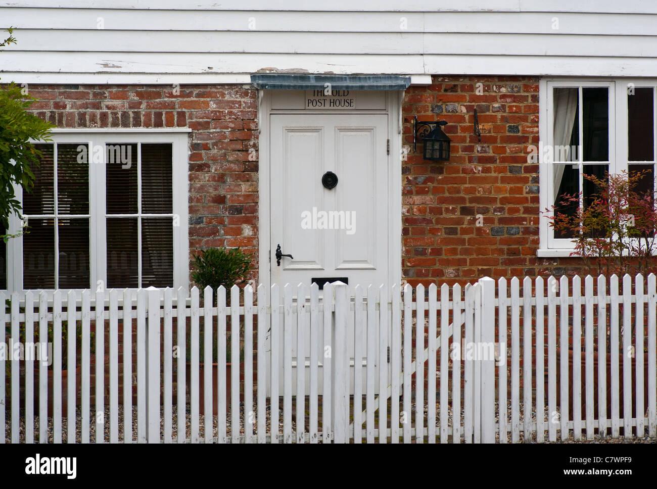 Weiße Landhaus Weiß Haustür Mit Einem Hölzernen Zaun Stockfoto Bild