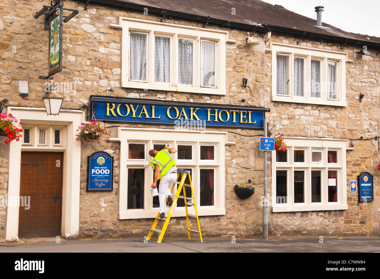 Ein Arbeiter Malen Die Fenster Des Hotels Royal Oak Settle In North